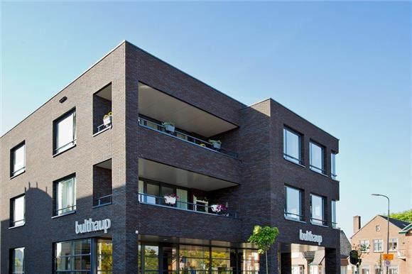 Fraai, modern en zeer luxe appartement te koop aan de Molenstraat 180 hoek Deventerstraat, afgewerkt met hoogwaardige materialen. Zeer luxe afgewerkt in fraai en modern kleinschalig appartementencomplex nabij het centrum gelegen instap klaar 3-KAMERHOEKAPPARTEMENT op de bovenste (2e) woonlaag met eigen berging en eigen parkeerplaats op achtergelegen terrein. Bouwjaar 2010. Woonoppervlak 94 m2, via schuifdeur bereikbaar inpandig (loggia)balkon op het noordoosten (10 m2)