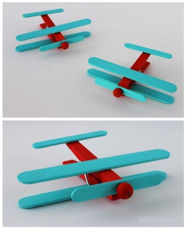 Aviones de palos de helado y perro de ropa