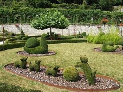 Parc des Topiaires...too cute!!Gardens Sculpture, Park, Poker Chips, Des Topiaires, Beautiful Places, Back Yards, Garden Sculptures, Beautiful Gardens, Praying Mantis