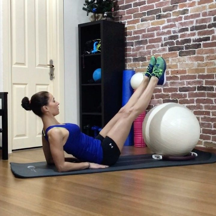 """Gefällt 1,418 Mal, 28 Kommentare - Emine Dilek (@eminediilek) auf Instagram: """"Güüünaydın✌🏻️Her zaman aynı egzersizleri yapmaktan sıkıldın mı?Vücudunda sıkılır unutma👊🏻😉büyük top…"""""""