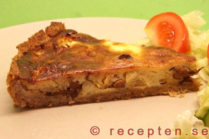 Kantarellpaj - Recept på en mycket god kantarellpaj. God pajdeg med fyllning av kantareller, lök, crème fraiche, ost och ägg.