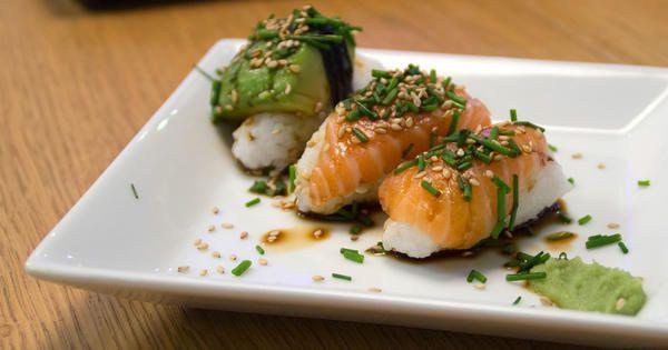 Nigiri sushi, avokado och lax