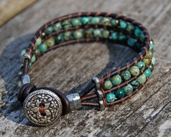 Turquoise lederen Boho armband - zilveren knop Clasp, manchet, kraaltjes, rustieke, stapelen armband, Wrap armband