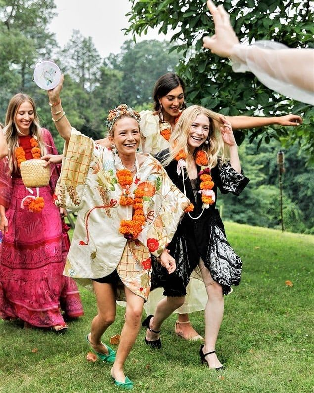 Mk Ash Aesthetic On Instagram All The Credit Goes To Olsenoracle And Olsensdaily Olsensobs Olsen Twins Style Ashley Olsen Style Mary Kate Olsen Wedding