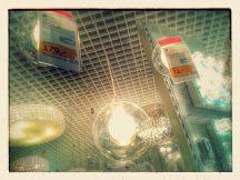 Alternatywa na lampę nad stół. To jest chyba ta: http://www.oswietleniedladomu24.pl/lampa-zyrandol-bola-1x25w-chrom-przezroczysty.html