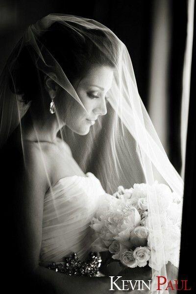 Bruid met sluier | zwart-wit trouwfotografie