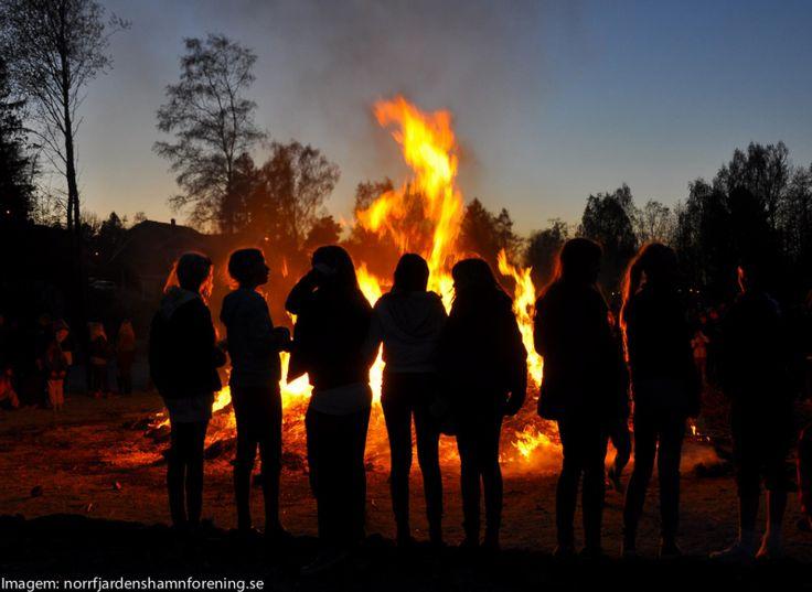 Valborgsmässoafton: é uma grande celebração anual da Primavera, que acontece exatamente na noite de 30 de abril em quase todos os cantinhos da Suécia. E esse nome todo estrambólico significa algo como Noite de Celebração de Valborg, em inglês Walpurgis Night ou ainda Noite das Bruxas.  O que rola pelas bandas de cá é que os suecos se reúnem publicamente, acendem fogueiras, cantam canções tradicionais e bebem altas biritas.