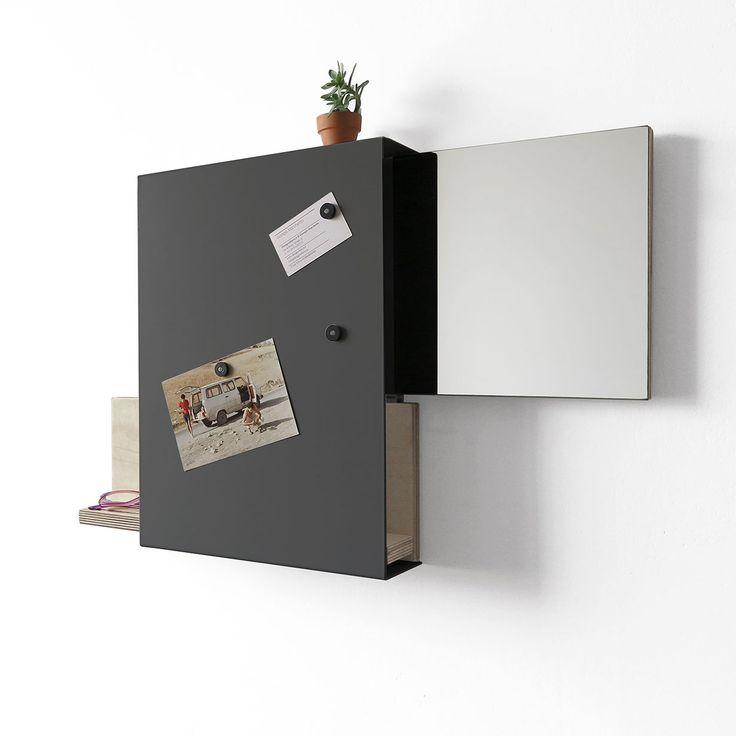 Articolo: IT1484Oggetto multifunzionale in metallo verniciato. All'interno due pareti in legno che scorrono o da un lato o dall'altro. Nella prima e' posizionato uno sepcchio, nell'altra il posto dove appoaggiare il cellulare o qualsiasi altro piccolo oggetto. All'esterno tre inserti magnetici servono per mettere le foto, bilglietti memo, etc. Un oggetto dalle linee come sempre essenziali e rigorose tipiche dei lavori di Designobject. Ideale per essere all'ingresso della propria casa.