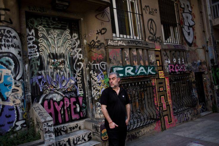 por Niki Kitsantonis Em Atenas (Grécia) Pode parecer paradoxal, mas os anarquistas da Grécia estão se organizando como nunca antes. Sete anos de políticas de austeridade e a mais recente crise de r…