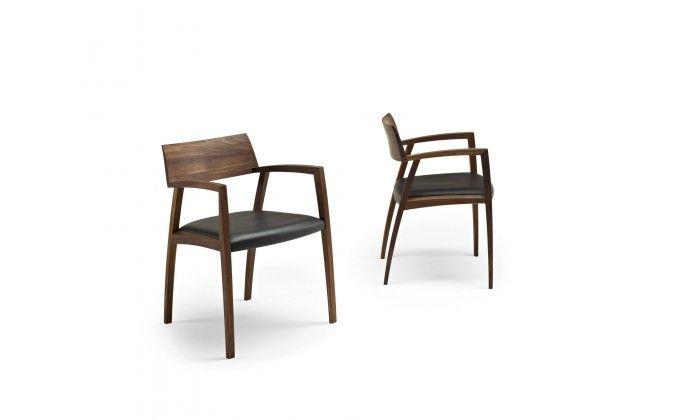 Le fauteuil Curve, création de la marque Naver, présente une finition en bois d'une grande qualité.