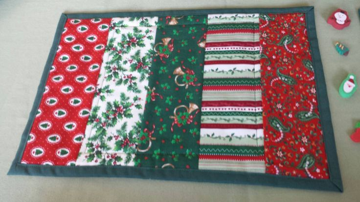 Mesa para dos! Hicimos este conjunto de tapetes de taza en telas de Navidad tradicionales. Estos posavasos grandes / pequeños manteles individuales están acolchados en una plaza en el centro. Utilizamos guata de algodón y una sólido Pino verde de la tela hacia atrás.  No dude en comprar uno o ambos: el single es $13,50 y el par es $25.00 - un descuento de $2.00 para el conjunto.  Cada uno mide 10,5 x 15 y las tapas fueron rociadas con protector Scotch.  ** Podemos hacer más de estas por ...