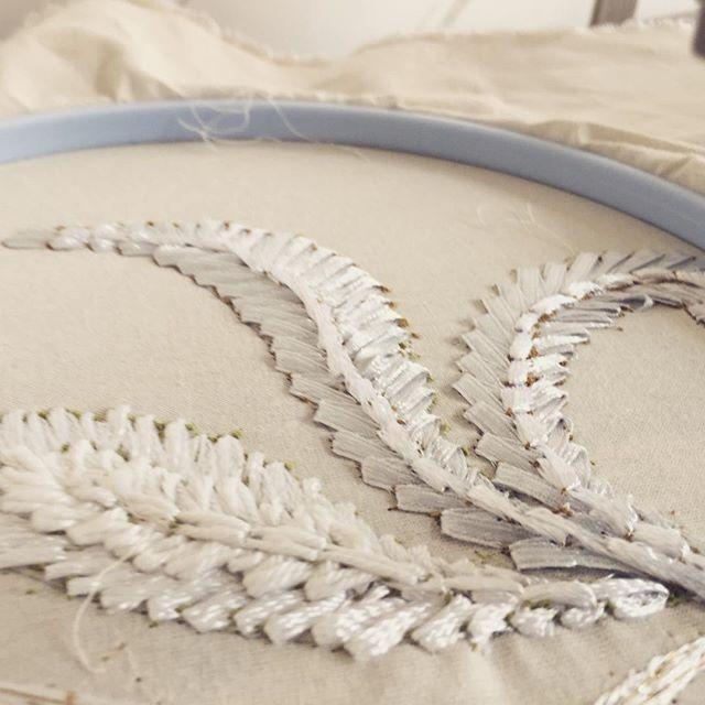 Borduren met een oude Singer naaimachine is super om te doen. Het vraagt enige oefening, maar als je eenmaal de slag te pakken hebt ... 👗dan kun je werkelijk prachtige jurken maken. Volgende week is er een driedaagse cursus en jij kunt erbij zijn! Voor een machine is gezorgd. Nieuwsgierig? Kijk voor meer informatie op de website www.saskiaterwelle.com #embroidery #alaire #broderiedart #handmade #weddingdress #bridalwear