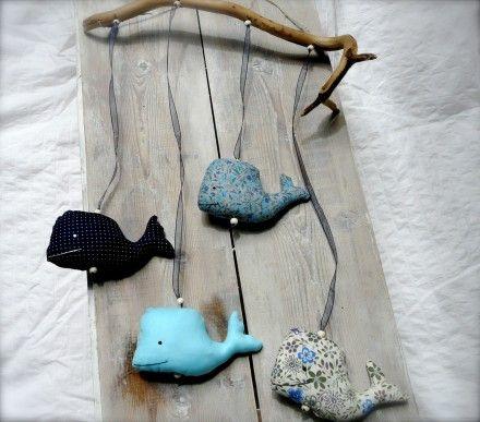 mobile baleines bois flotté tissu