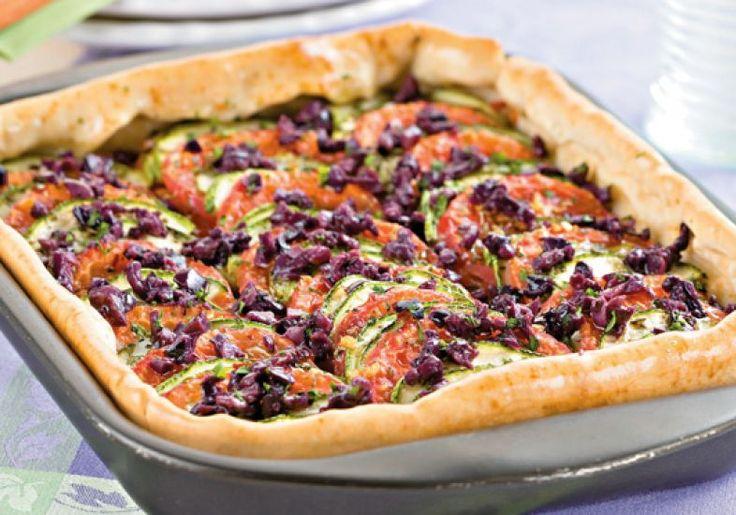 Aprenda a fazer a deliciosa torta de tomate, abobrinha e azeitonas.
