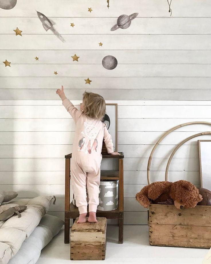@haimbeiuss To the moon and back 🌙   #barnrumsdetaljer #barnrum #barnrumsinspo #barnrumsinredning #barnrumsinspiration #homestyling #interiordetails #kidsroom #finabarnsaker #barnerom #stickstay #fargformsweden #elloshome #nordickidsliving #familylivingfint