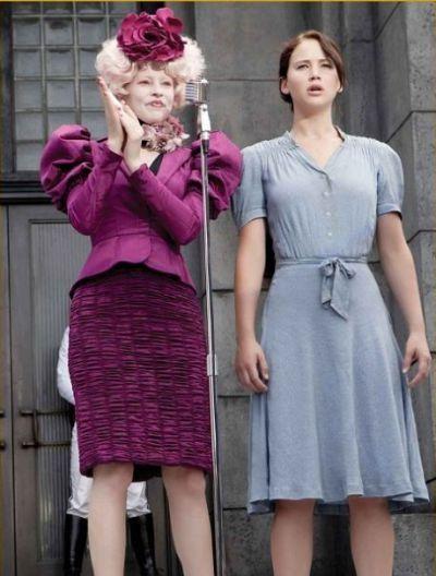 El corte y el color de los trajes de Effie va variando según se encuentre dentro o fuera del Capitolio.