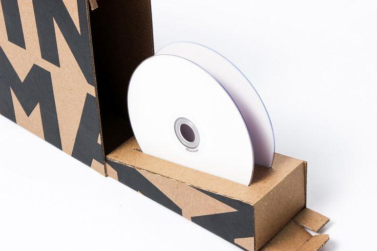 Специалисты мексиканского креативного агентства Ochodías разработали для продукции студии Sin Imagen особую конструкцию коробки для компакт-дисков (Cd Box) и создали для нее дизайн оформления. Sin Imagen — это творческая студия расположенная в Валенсии, Венесуэла, которая занимается фото -, видео- и веб-разработками. А заказы клиентам они отправляют на CD. Разработанный в Ochodías Cd Box содержит два диска и буклет с информацией о проекте. Коробка изготовлена из экологически безопасного…