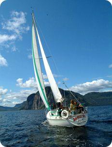 Voilier sur le Fjord du Saguenay!  Lors des périodes de navigation à voile vous serez appelé à participer activement aux manœuvres et a en apprendre d'avantage sur la navigation ou a vaquer à vos occupations, lecture, contemplation ou autre.