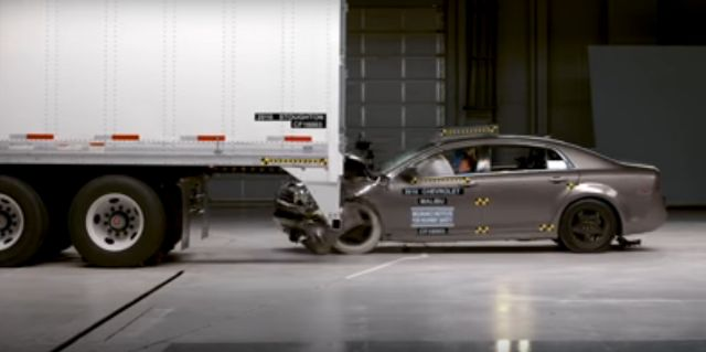 NOTICIAS   Transporte Carga de Argentina y Chile    Autos vs Camión - En EE.UU. prueban las nuevas medidas de seguridad para salvar vidas