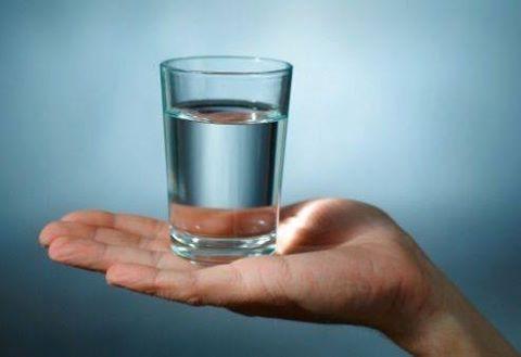 СОВЕТЫ КАРДИОЛОГА. Правильное время, чтобы пить воду - очень важно. Питьевая вода в определенное время максимизирует эффективность тела: 2 стакана воды после пробуждения - способствует активизации внутренних органов 1 стакан воды за 30 минут до еды - способствует пищеварению 1 стакан воды, прежде чем принимать ванну - помогает снизить артериальное давление 1 стакан воды перед сном - позволяет избежать инсульта или сердечного приступа