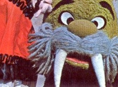 """Nederlandse poppen TV serie over Gompie, de walrus en zijn vriendjes die allemaal woonden in huis bij Pappa Wirrewarre.   Gompie was een Walrus die samen met zijn vriendjes, Peentje, Majolica, Ritsaert en de Kijkbuisman vele avonturen beleefde.   Peentje was een ondeugend jongetje met rood haar, Majolica speelde een deftige dame en Ritsaert was een vos.   De meest typerende uitspraak van Gompie was: """"Gòmpie!!""""."""