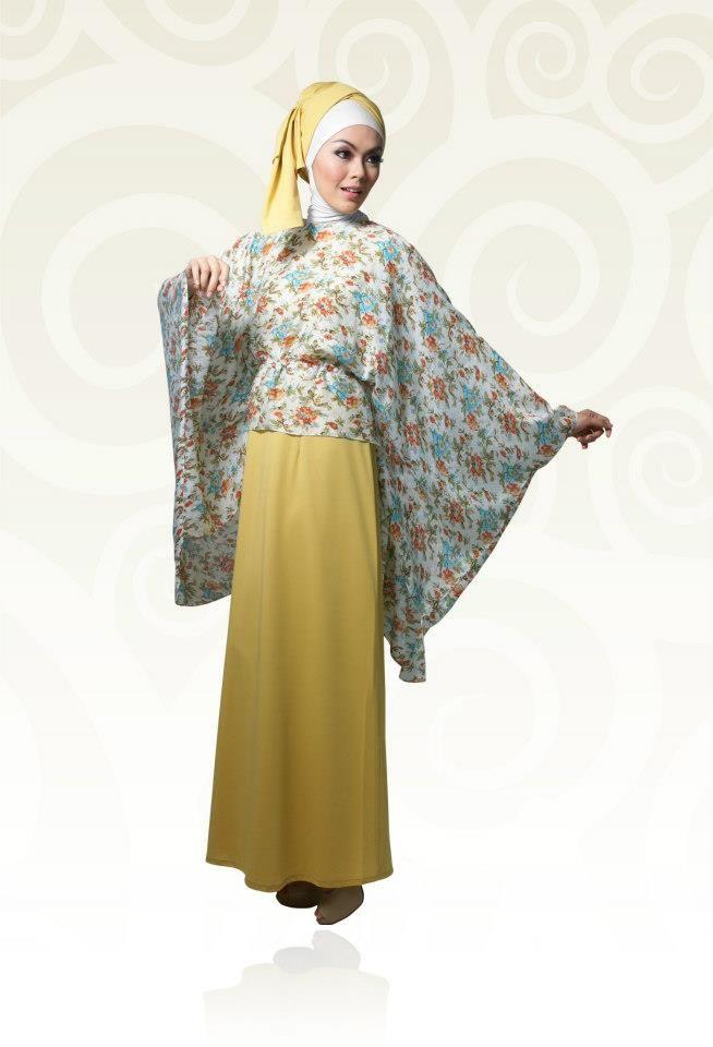 Gamis Kaos Kuning Dengan Kombinasi Bunga bagian atas sementara untuk bawahan dikombinasikan dengan bawhan kuning.