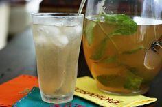 Chá gelado de hortelã, gengibre e limão. Receita ótima. http://www.simplesmentedelicia.com/?p=1093