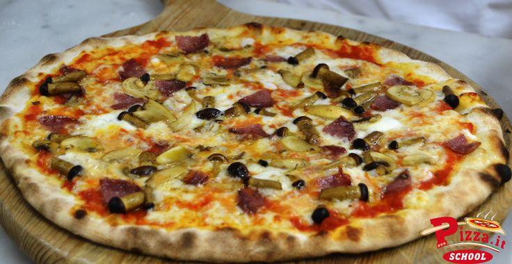 L'allievo Ronny Filippini ha proposto una pizza con pomodoro, funghi pioppini, funghi champignon, salame Milano e mozzarella di bufala. #PizzaItSchool