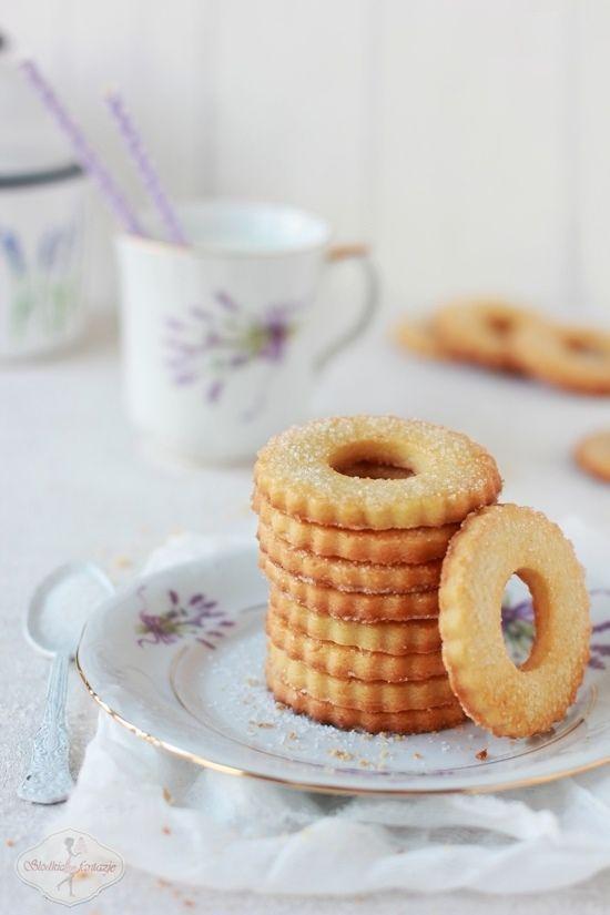 Kruche ciasteczka z cukrem, z przepisu znalezionego w kajecie mojej babci. Kruchuteńkie, delikatnie, pachnące wanilią, z dodatkiem ugotowanych na twardo żółtek. Nasze ulubione.