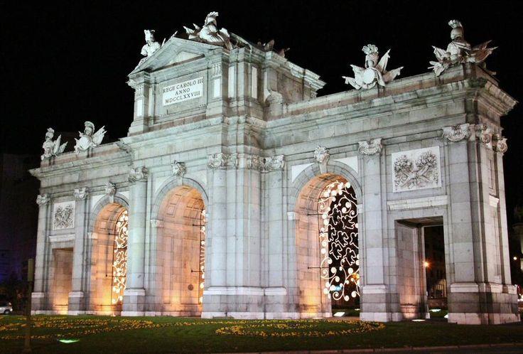http://guias-viajar.com/madrid/ Luces de #Navidad 2012 en la Puerta de Alcalá de #Madrid