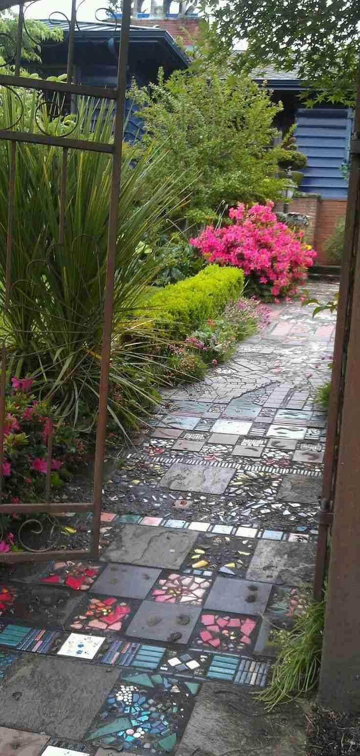 allée de jardin originale en pièces de verre coloré