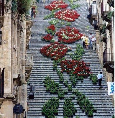 Schody Santa Maria del Monte to monumentalne 142 stopnie pochodzące z 1608 roku w starej części miasta Caltagirone na Sycylii. Łączą wyższą część miasta z niższą i stanowią tło dla wielu wydarzeń kulturalnych oraz niewątpliwą turystyczną atrakcję.  http://www.sztuka-krajobrazu.pl/551/slajdy/przestrzen-publiczna-ndash-schody-santa-maria-del-monte