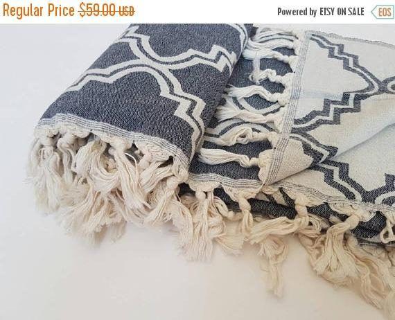 Tiro di coperta lana Merino Blu Navy geometrica  Lana & coperta cotone throw. Copriletto di lana della Boemia. Accogliente casa e allaperto coperta. Coperta per la casa accogliente e felice!  Perfetto per casa Boho!  Tiro è double - sided, così avrete 2 coperte in 1!!   Dimensione: -51 x 67 pollici / 130 x 170 cm  Materiale: -50% lana merino agnelli -25% cotone -15% viscosa -10% poliammide   Colore: -bianco e blu navy  Stessa coperta in grigio chiaro che potete trovare qui: https:&#x...