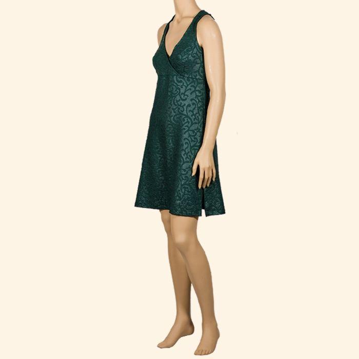 Vestido corto de escote cruzado, realizado con un tejido cuya textura dibuja unas elegantes volutas. Disponible en verde, fucsia y negro. #InstintoBcn #MadeInBarcelona