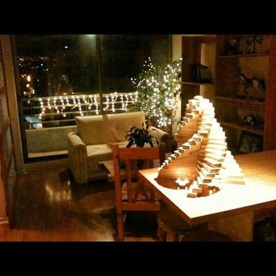 Mi creacion...  Arbol de navidad en madera reciclada para espacio pequeño.