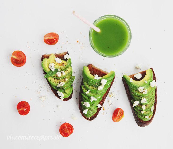 Вместо бутербродов с колбасой — сэндвичи с авокадо    Бездрожжевой ржаной хлеб, подсушенный на кокосовом масле + авокадо, соль, перец & немного козьего сыра