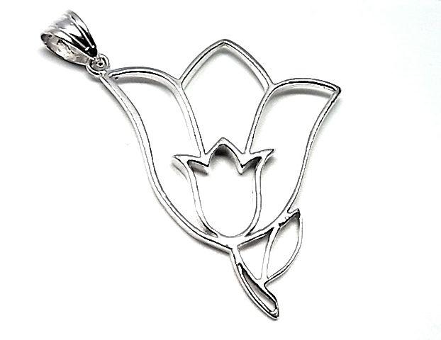 Colgante de plata lisa calado con forma de flor tulipan de dimensiones 5,5 cm de largo x 4,5 cm de ancho. REF.:110246960245. PRECIO: 59,30 €