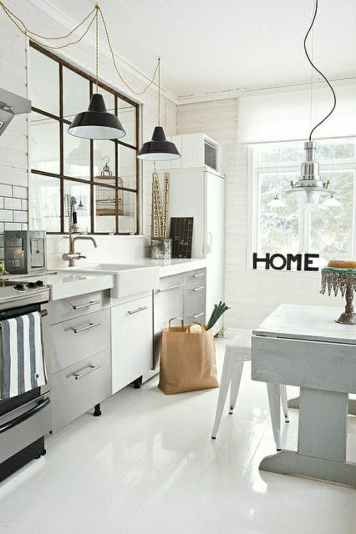 lustre industriel, trois plafonniers design industriel dans une cuisine blanche