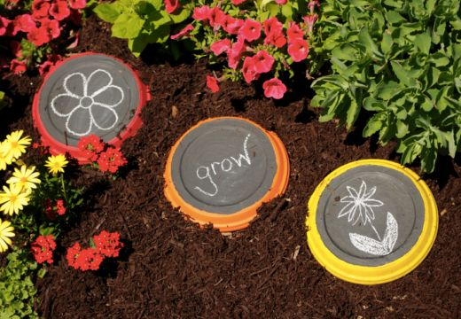 Garden therapy for kids: chalk board stepping stones. Kids can display their works of art over & over!