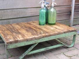 Tafeltje van oude metalen groene pallet