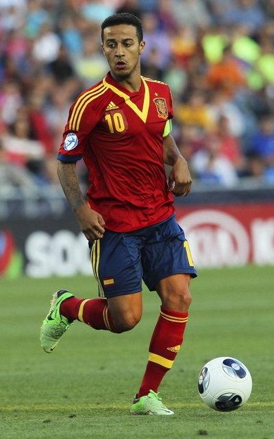 El jugador de la selección española sub'21, Thiago Alcantara, controla el balón durante la final del Europeo sub'21