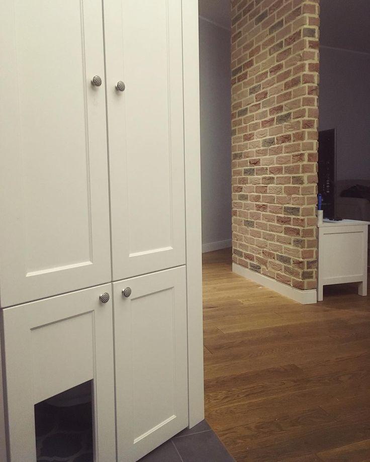 Jakiś czas temu były zapytania o dolną część szafy. W ukrytym schowku można przechowywać buty różnego rodzaju rzeczy tak na prawdę wszystko co się zmieści. Podobają nam się takie skandynawskie zabudowy ta jest nieco inna bo w trapezie. Co o niej sądzicie? #szafa #zabudowa #wardrobe #garderobe #kleiderschrank #scandinavian #skandynawska #garderoba #decor #design #dom #homesweethome #wnętrze #interior #schowek #trapez #biel #whitewardrobe  #przedpokój #hall #instasize #stolarz #remont…