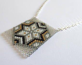 Halskette mit Peyote-Anhänger in schwarz/gold/weiß