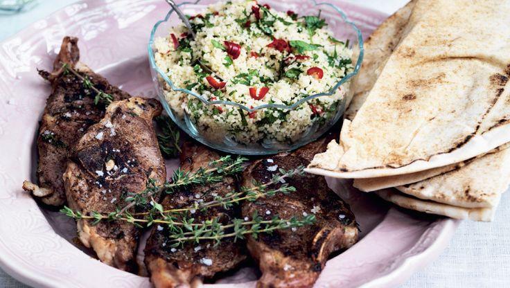 Couscous er nemt tilbehør til lammekoteletterne, for de små gryn skal bare trække nogle minutter med kogende vand. Få opskriften på marokkanske lammekoteletter med krydret couscous her