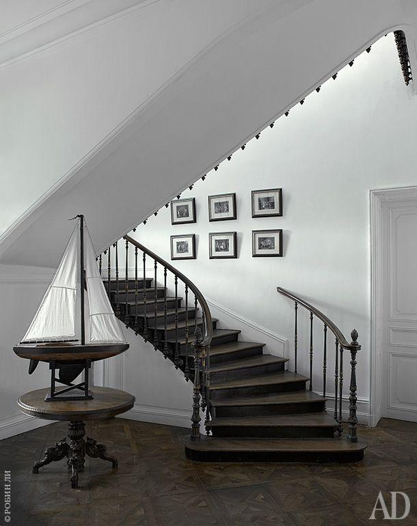 Лестничный холл напервом этаже. Модель яхты сделана отцом хозяйки дома.
