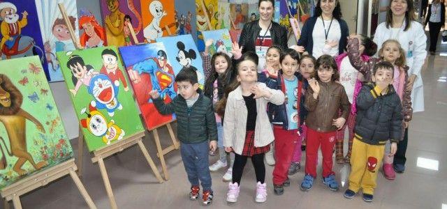 İzmir'deki Tepecik Eğitim ve Araştırma Hastanesi'ne tedavi için gelen çocuklara, hastane korkularını unutturmak amacıyla 'Sağlık için sanat projesi' kapsamında ressam sanat eğitmeni Seba Uğurtan ile 110 sanatçı ve yakınlarının yaptığı toplam 160 tablo, hastanede sergilendi. Sanatçılara teşekkür belgesi verilirken, masal ve çizgi film karakterlerinin yer aldığı tabloların, sergi sonrası hastanenin...