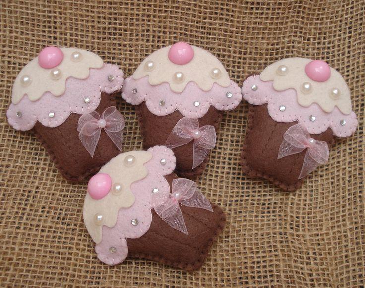 Cucakes confeccionados em feltro com imã no verso. <br>Ideal para lembrancinha <br> <br>Tamanho do cupcake - 6,5 altura <br> <br>**Confeccionamos em outras cores <br>Consulte-nos