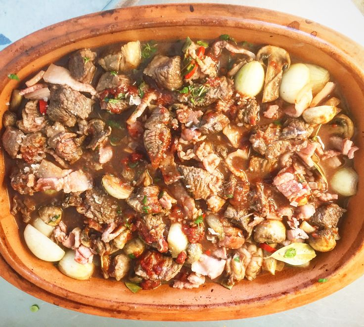 """Kvällens fredagsmys i sjukstugan❤; En boeuf bourguignon i lergryta, den klassiska franska köttgrytan med högrev, bacon, steklök, färska champinjoner och mycket smak av rödvin i min tappning. Serveras med ris fräst i olivolja, tomatpuré, vitlök, färsk timjan, paprikapulver, rosmarin & sedan färdigkokt i grönsaksbuljong med hackad bladspenat & salladsärtor! Baserad på recept av @tommymyllymaki & @lisalemke """"Kärlek & Ta hand om varandra!❤❤❤"""""""