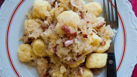 Bramborové těsto má mnoho variant a pro českou kuchyni je typické. Upravuje se dokonce i na sladký způsob. Pro českou kuchyni je také typické zelí a vepřové uzené maso. V této kombinaci se připravují jak knedlíky uzeným masem plněné, tak v podobě špalíčků.