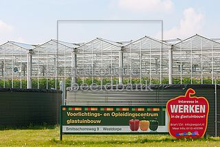 Werk in de glastuinbouw wordt aangeboden via borden voor een kassencomplex